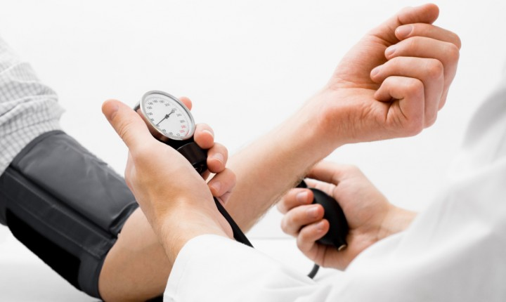 Como a COVID-19 afeta a pressão arterial?